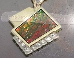 fotka zlatého náhrdelníku Ammolitem