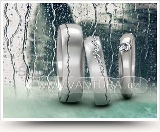 fotka snubních prstenů s ruční rytinou a matnou povrchovou úpravou