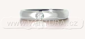 Prsten s diamantem (vybroušeným do kulatého tvaru briliantovým brusem). Můžeme říkat prsten s briliantem i s diamantem