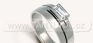 Prsten s diamantem - vybroušeným do tvaru obdélníku (bageta) stupňovým brusem. Mluvíme pouze o prstenu s diamantem.